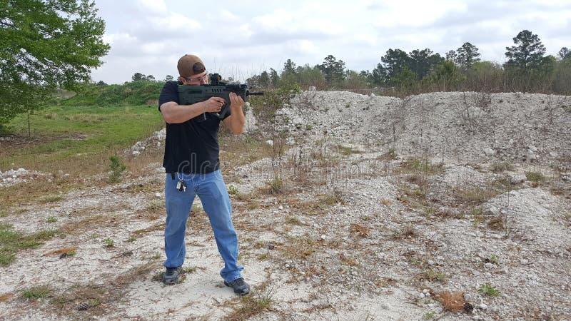练习他的射击技能的下了班的官员 免版税库存图片