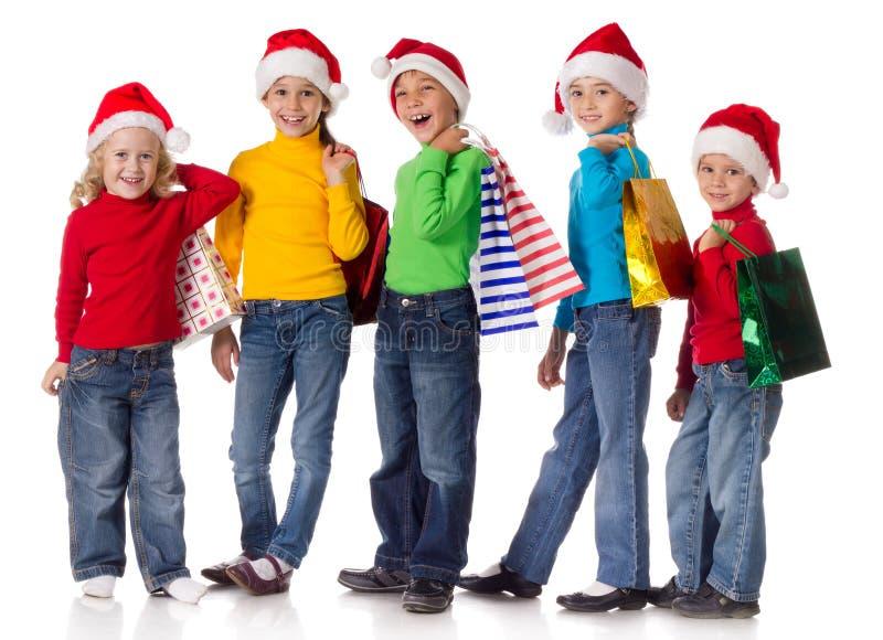 组与圣诞节礼品的愉快的孩子 免版税库存照片