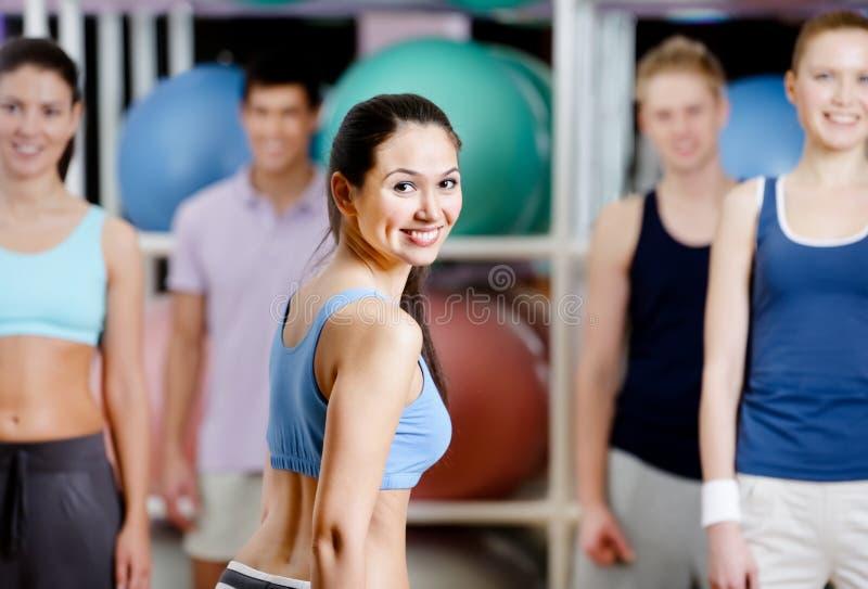 组健身房的有效的人 免版税图库摄影
