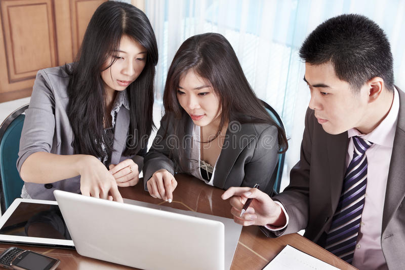 组共同努力的商人 免版税库存照片