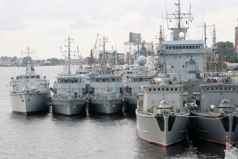组军用端口里加海运船 库存图片