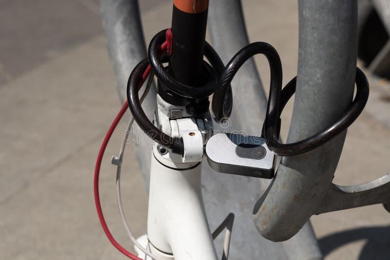 组合阻拦小型摩托车轮子的安全锁 免版税库存图片