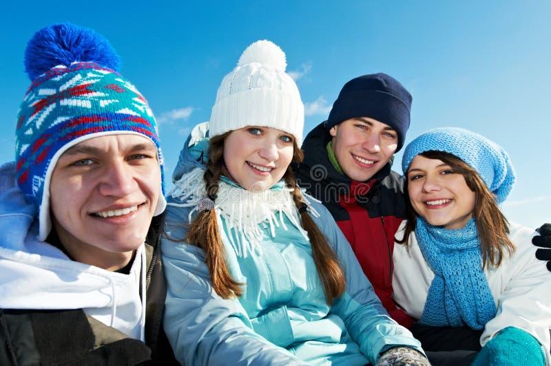 组愉快的青年人在冬天 免版税库存图片
