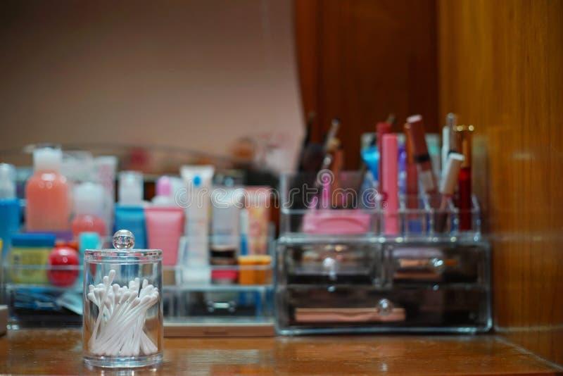 组成成套工具在梳妆台 免版税库存照片