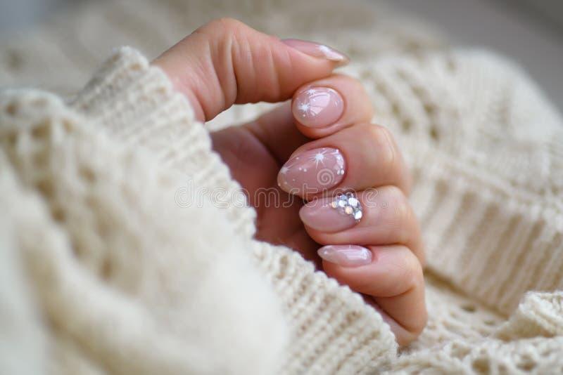 组成指甲油产品 艺术修指甲 现代样式蓝色指甲油 时髦的拿着羊毛的淡色桃红色白色钉子物质 免版税图库摄影