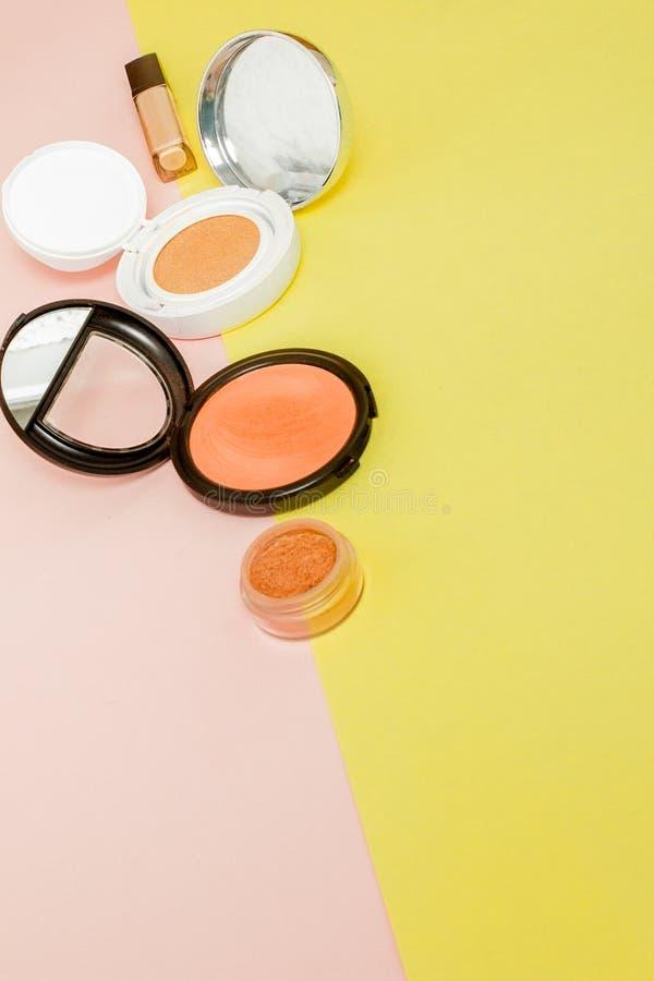 组成溢出对与拷贝空间的明亮的黄色和桃红色背景的产品 库存照片
