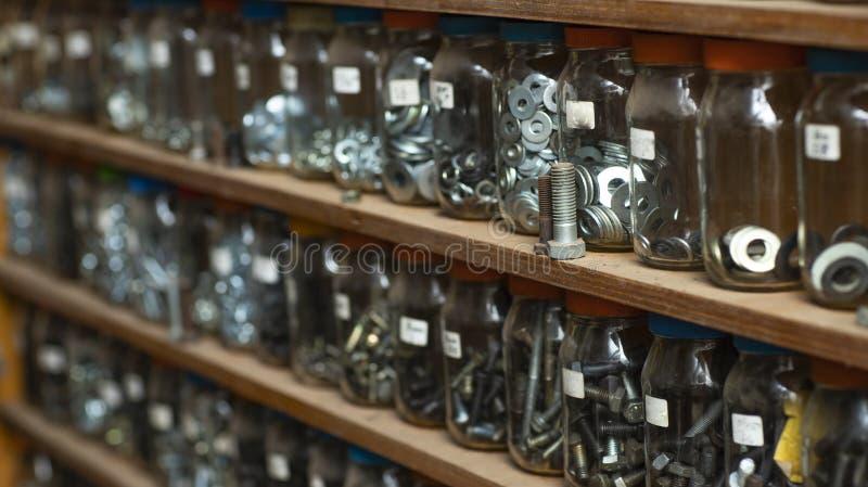 组织的玻璃架子,由木和玻璃罐制成 免版税库存图片