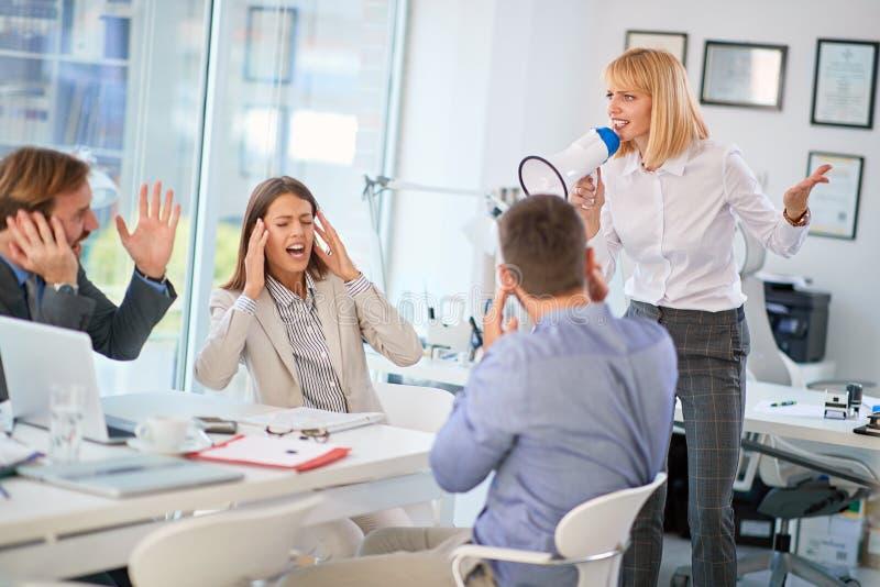 组长-成功的妇女企业主在办公室 免版税库存照片