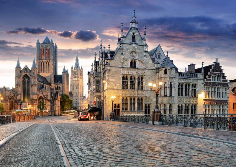 绅士、比利时有圣尼古拉教会的和贝尔福耸立在微明被阐明的片刻在富兰德 图库摄影