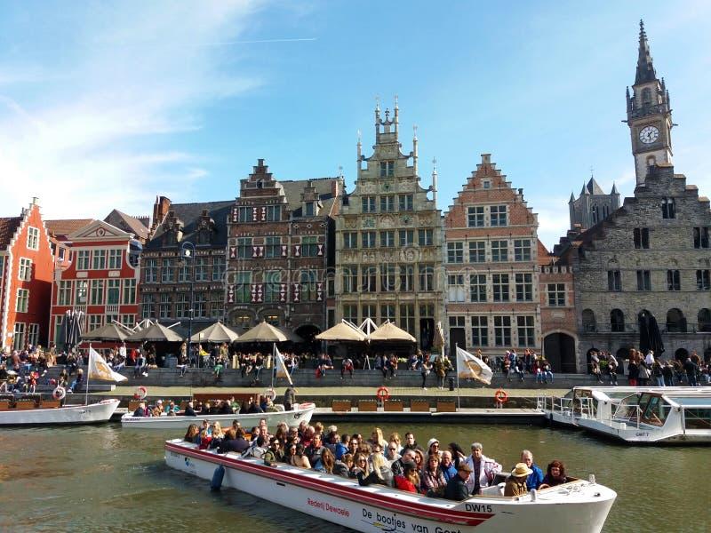 绅士,比利时03 25 2017著名Graslei运河全景在古城中心与利斯河河 免版税库存照片