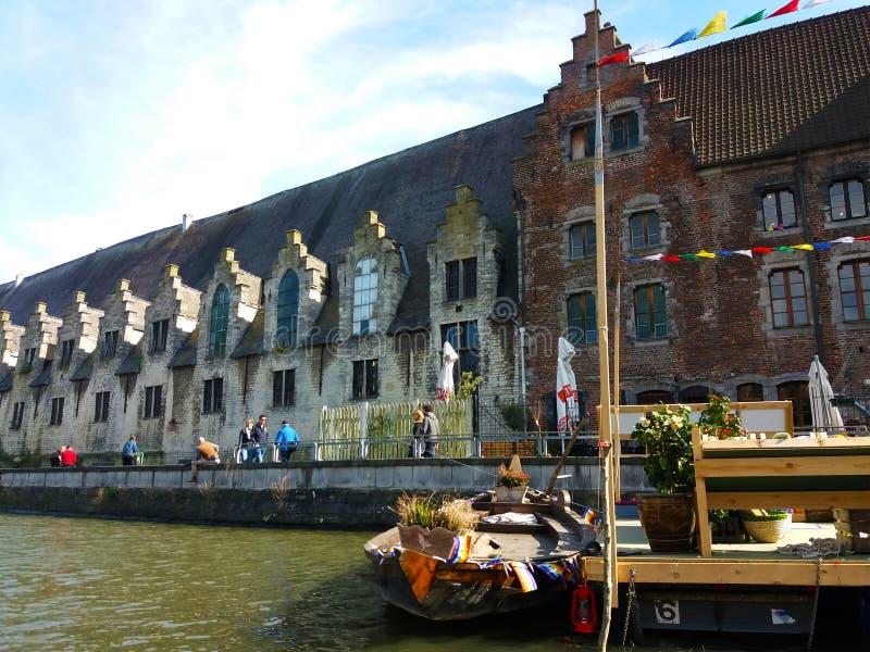 绅士,比利时03 25 2017著名Graslei运河全景在古城中心与利斯河河 免版税库存图片