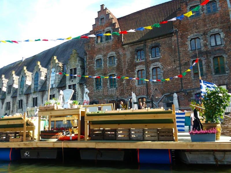 绅士,比利时03 25 2017著名Graslei运河全景在古城中心与利斯河河 免版税图库摄影