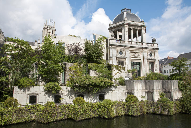 绅士-在运河的宫殿 免版税图库摄影