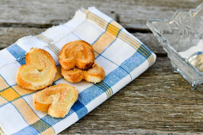 细平面海绵体曲奇饼和糖罐 图库摄影