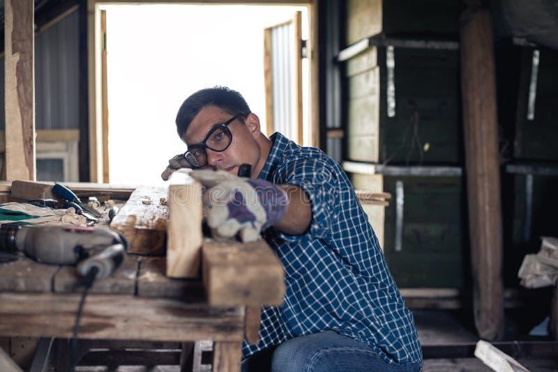 细木工技术 木匠在车间飞行木头 木材加工,屋顶,diy 免版税库存图片