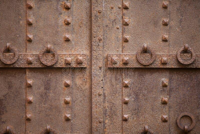 细节与伪造钉子的铁门 免版税库存照片