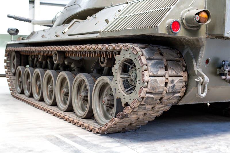 细节射击与老坦克轨道和轮子 免版税库存图片