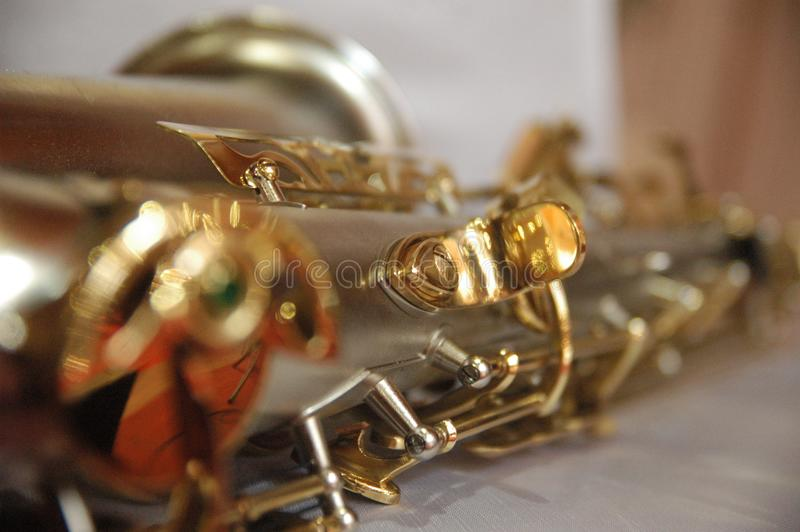细节纹理的经典乐器萨克斯管金子颜色关闭 免版税库存图片