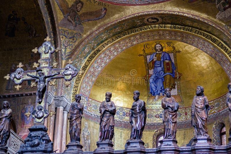 细节:哥特式圣障的部分在圣马克` s大教堂长老会的管辖区的在威尼斯 库存照片