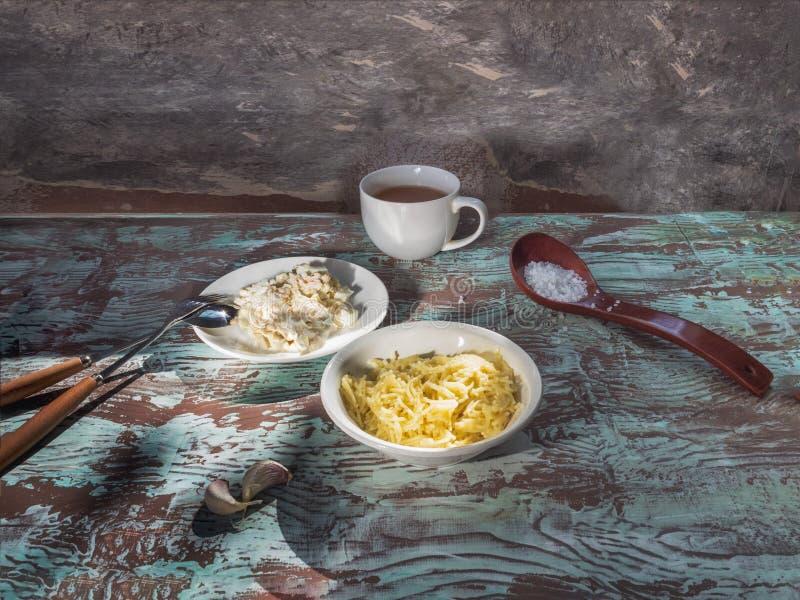 细面条,螃蟹沙拉一顿谦虚早餐  免版税库存照片