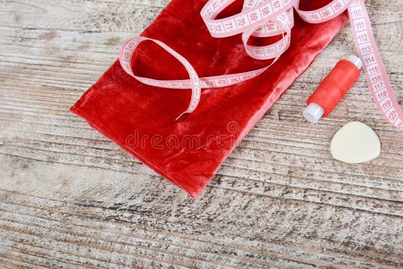 织品和对象缝合的衣裳的 轮盘赌、卷和样式在桌上 免版税库存照片