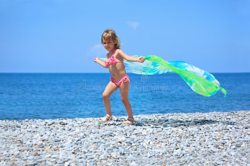织品女孩石少许俏丽的海岸 免版税库存照片
