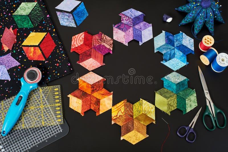织品明亮的金刚石片断为缝合的翻滚的被子做准备,传统补缀品 免版税库存图片