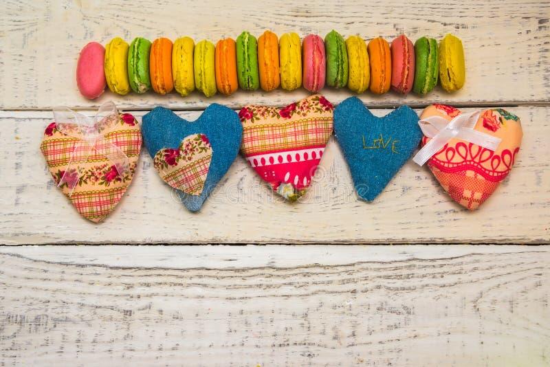 织品的在背景的心脏和糖果 免版税库存照片
