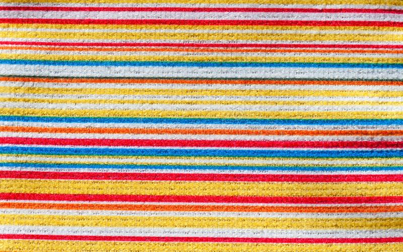 织品纹理与五颜六色的水平的条纹样式的 免版税库存图片