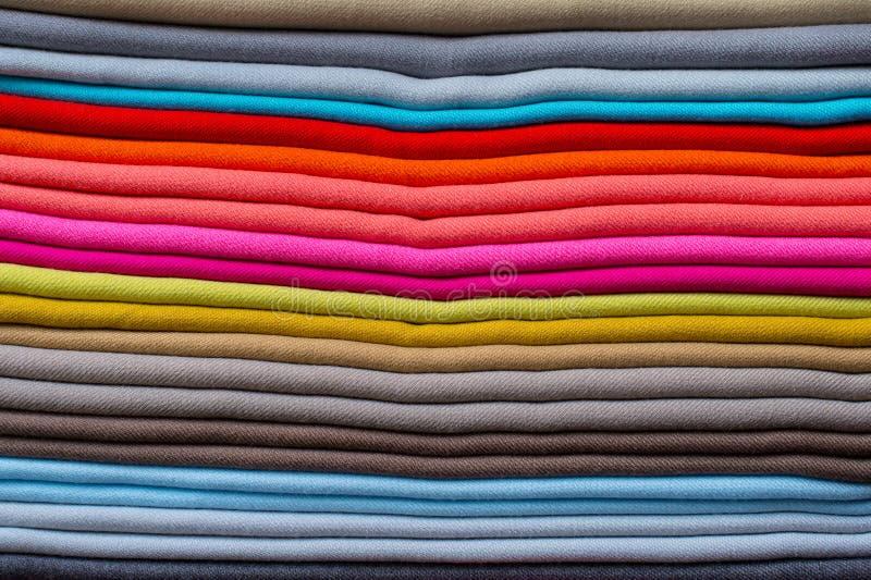 织品被堆的颜色样式  免版税图库摄影
