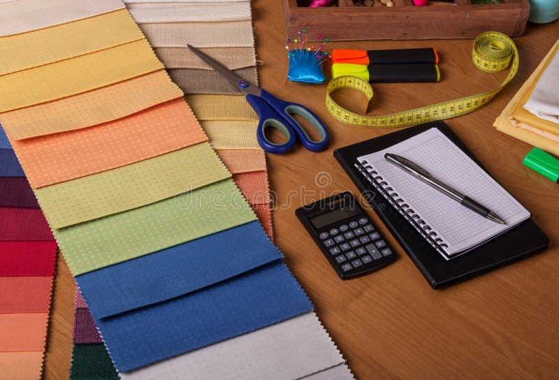 织品,费用,纺织品商店的演算选择帷幕的 图库摄影