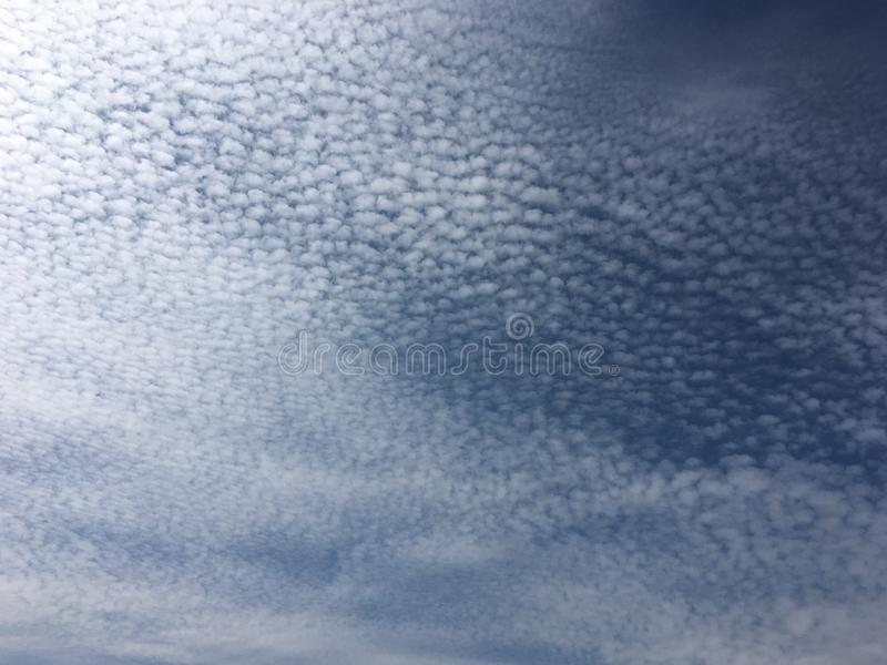 织地不很细蓝色和白色天空 库存照片