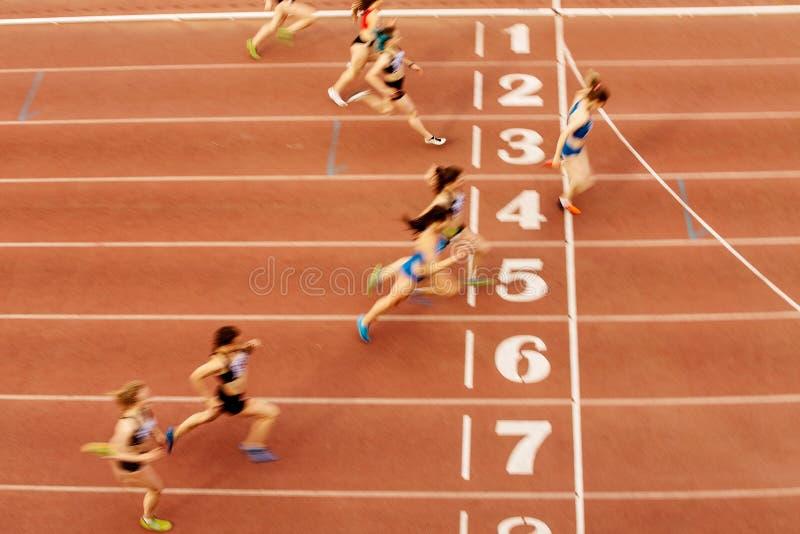终点线妇女赛跑者 免版税库存照片