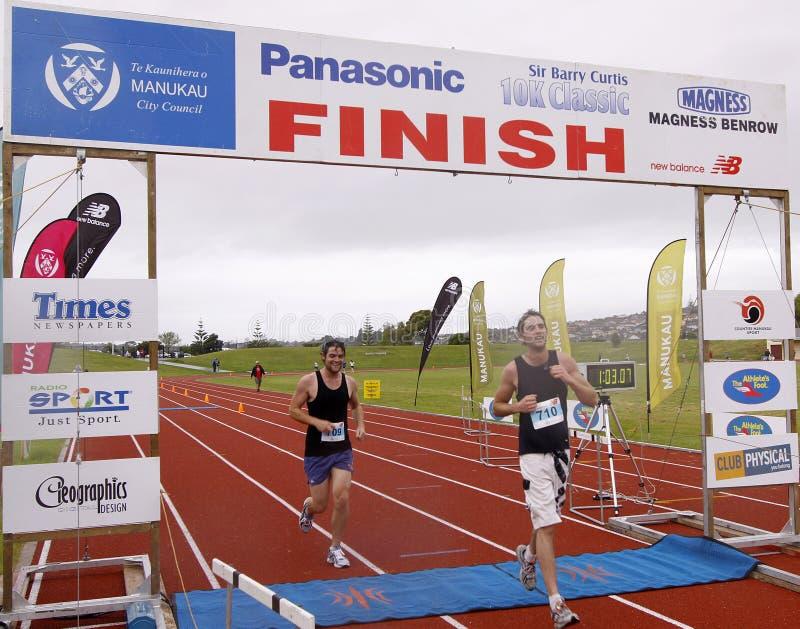 终点线马拉松运动员 免版税库存照片