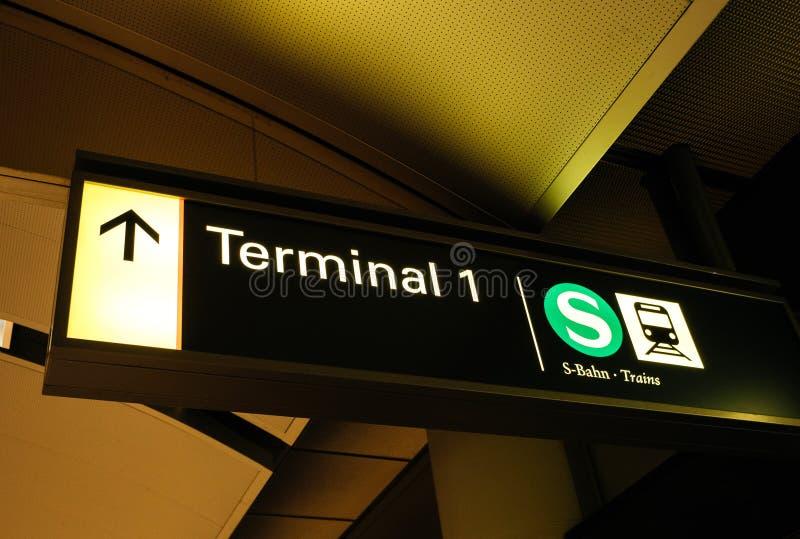 终端1在汉堡地铁机场火车方向guidanc签字 库存图片