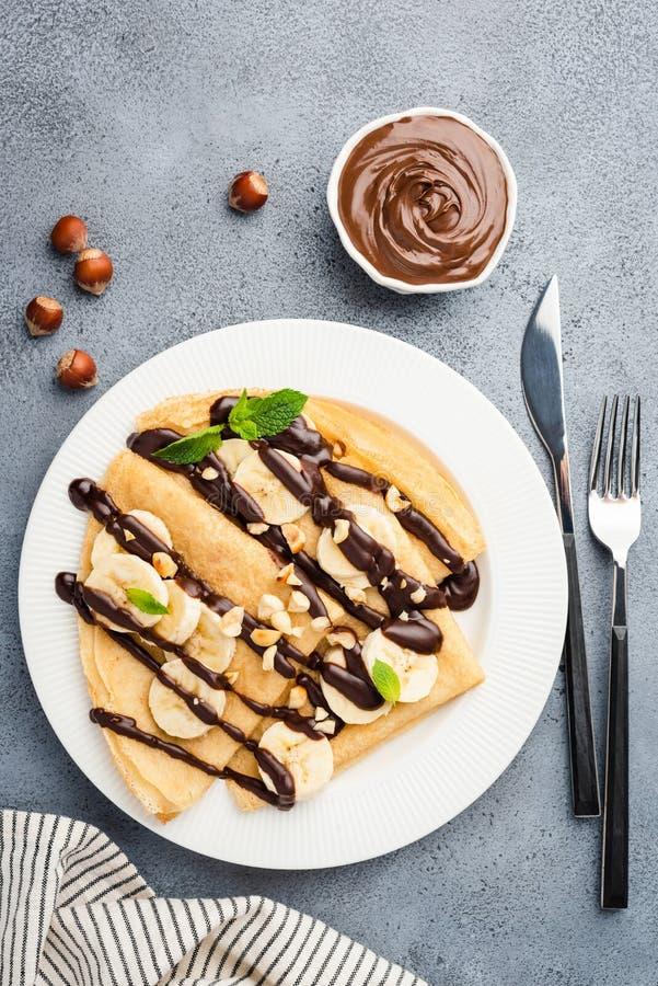 绉纱用巧克力汁、香蕉和坚果 免版税库存图片