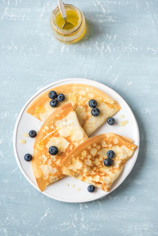 绉纱用蓝莓和蜂蜜 免版税图库摄影