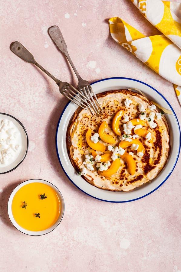 绉纱用酸奶干酪和桃子 免版税库存照片