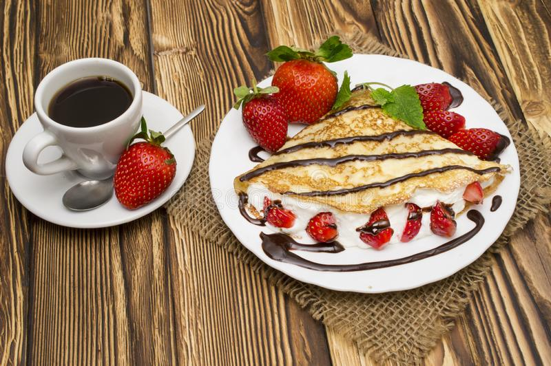 绉纱用香蕉、巧克力和草莓与咖啡 库存图片