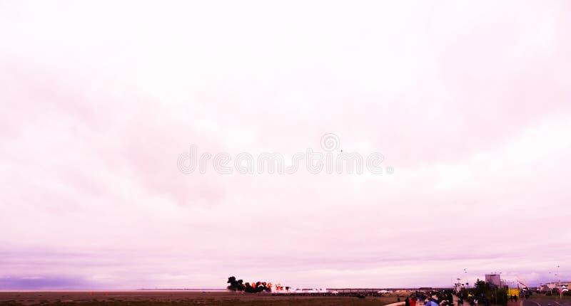 绍斯波特airshow -通过与火和黑smo的一架喷气机 库存照片