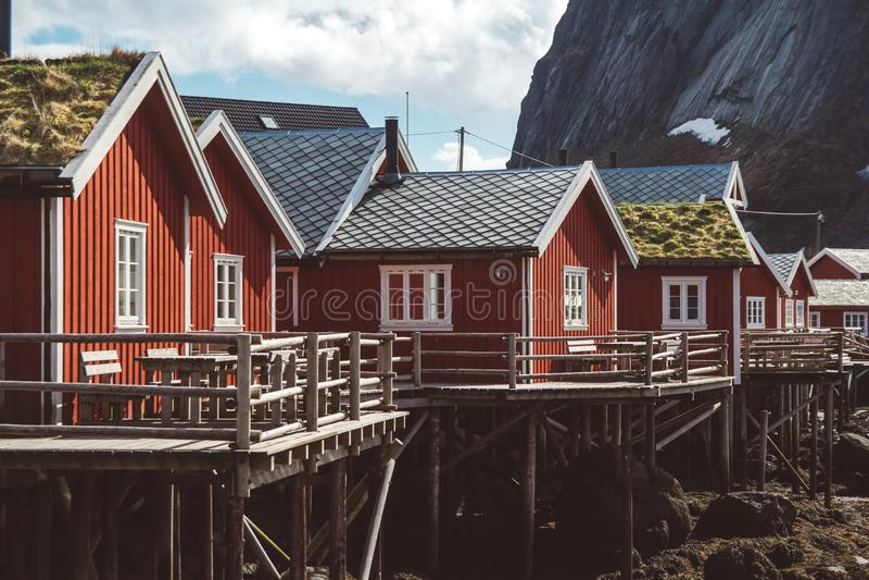 经典之作和罗弗敦群岛海岛的美好的风景有红色渔夫的房子的在海和上流前面 免版税库存图片