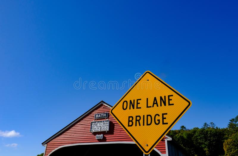 经典之作,美国人被称呼,木被遮盖的桥在新罕布什尔,美国 库存照片
