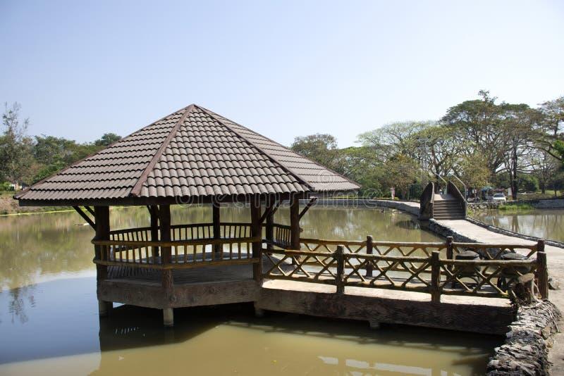 经典亭子在Pa Tueng温泉池塘在Mae的陈庭院里在清莱,泰国 库存照片
