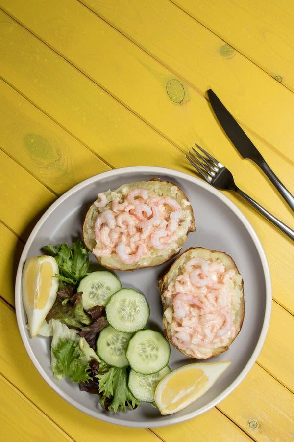 经典健康食物 被烘烤的土豆用玛里罗斯调味汁大虾 免版税库存图片