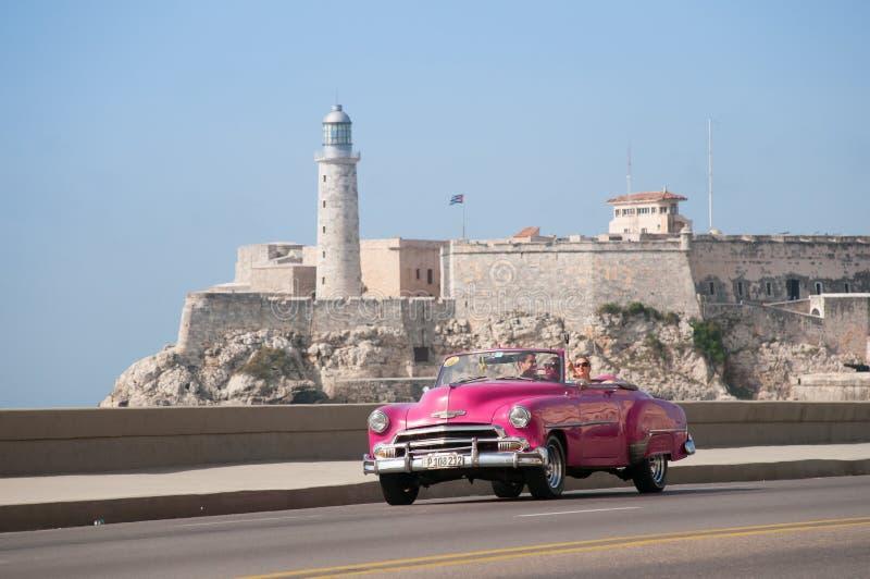 经典出租汽车敞篷车哈瓦那大道  古巴 哈瓦那 05/14/2015 免版税库存图片