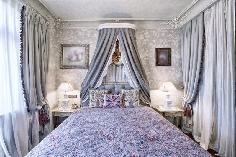 经典卧室内部在现代房子里 图库摄影