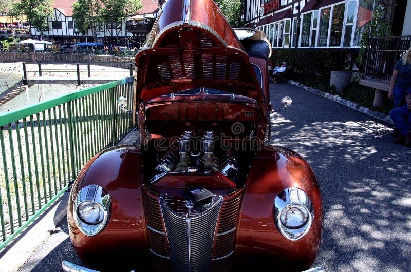 经典古董伍迪旧车改装的高速马力汽车 免版税图库摄影