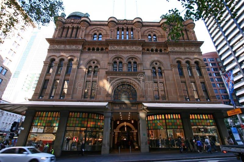 经典和历史的女王利物浦大学维多利亚大厦维多利亚女王时代的多层的购物的拱廊在城市街道上的在悉尼街市,澳大利亚 库存照片