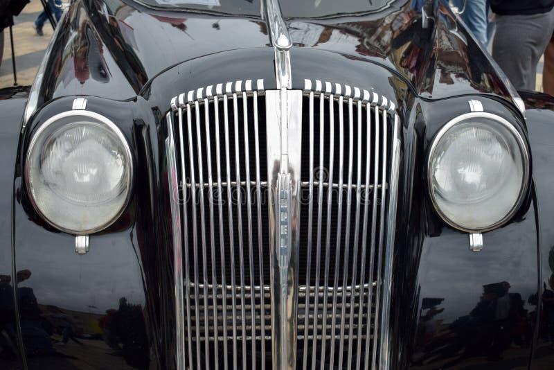 经典在黑颜色的汽车减速火箭的汽车1938年欧宝海军上将正面图 豪华汽车欧宝海军上将,老汽车事件 库存图片