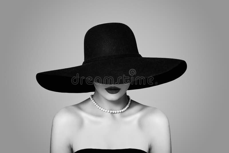 经典帽子的,减速火箭的黑白画象端庄的妇女 库存照片